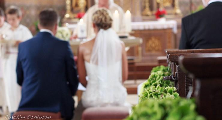 Hochzeitspaar Kirche unscharf