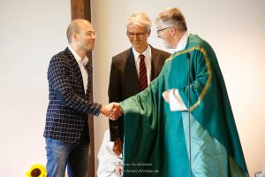 Pfarrer Wurzer begrüßt Michael Leupolz