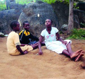 Kinder aus Tansania beim Steinspiel