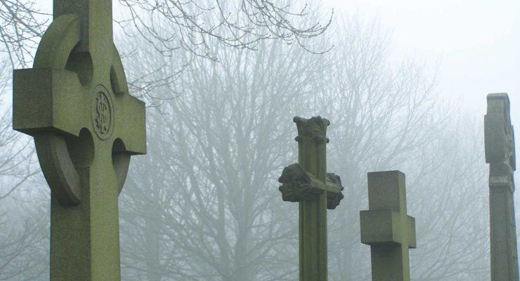 Grabkreuze im Nebel
