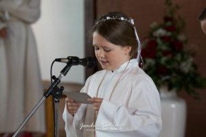Kommunionkind im Gottesdienst