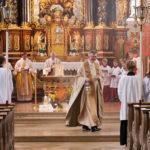 Pfarrer Nikolaus Wurzer mit Rauchfass