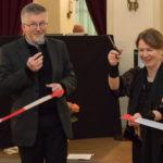 Daniela Starzyk und Pfarrer Wurzer beim Adventsbazar 2017 im Gartensaal der Hessingburg