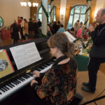 Klavierspieler beim Adventsbazar 2017 im Gartensaal der Hessingburg