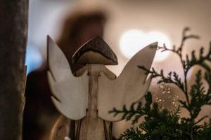 Holz-Weihnachtsengel beim Adventsbazar 2017 im Gartensaal der Hessingburg
