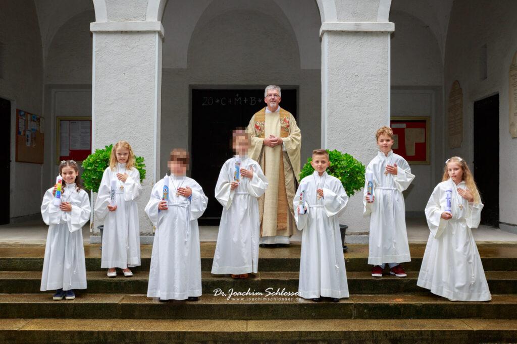 5 Erstkommunion-Kinder und Pfarrer