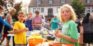 Kinder an einem Tisch im Freien